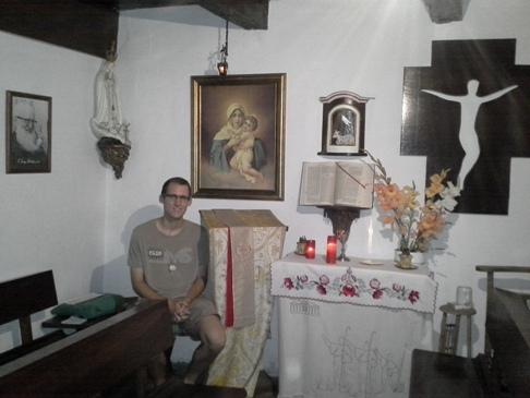 Kristóf a kápolnában.