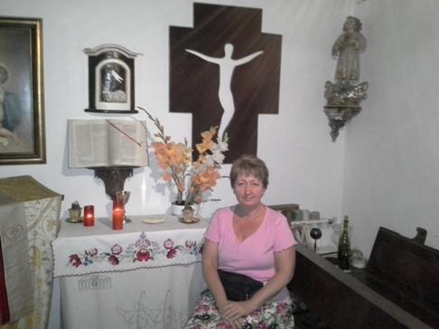 Andrea a kápolnában.