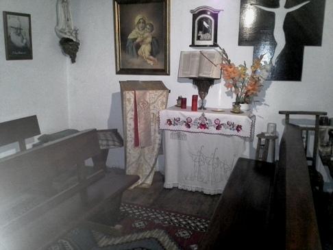 A kis kápolna. Az udvarra belépve balra található. Ugye, milyen szép a kalocsai hímzéssel készült oltárterítő? :-)