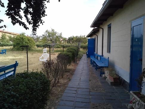 A hátsó kert jobb oldalán vannak a szobák.