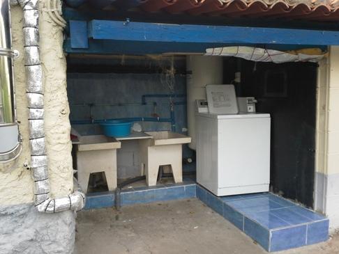 Az a bizonyos ipari mosógép... :-) (Lásd. az 1. nap leírását.) Mellette kíméletesebb, kézi mosásra alkalmas vályúszerű műtárgy látható.