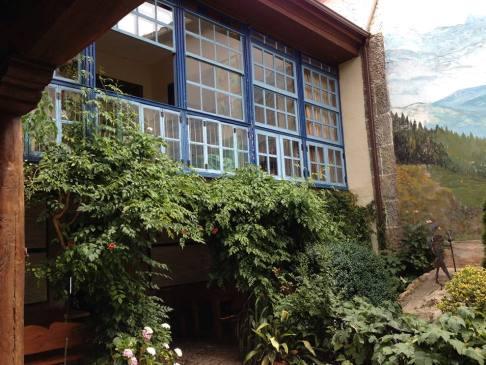 Az emeleten lévő nyitott ablak a hospitalerók rezidenciája, konkrétabban az étkező helyiség. Innen még ebéd közben is láttuk, ha vendég érkezett.