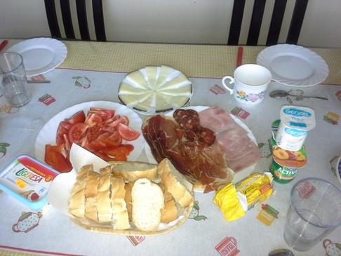 Füstölt sonka, chorizo, gépsonka, sajt, bagett, paradicsom. Nyami! :-)