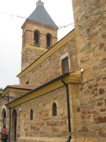 A templom az utcáról, másik irányból nézve.
