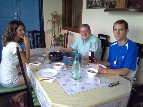 A vacsora. Don Manuel, Márti és Kristóf. Én a fotoapparát mögött.