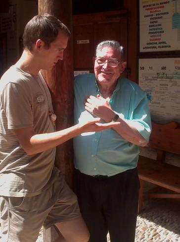 Itt már belépett Don Manuel is a képbe, aki Kristóffal beszélgetett az oszlop mellett.