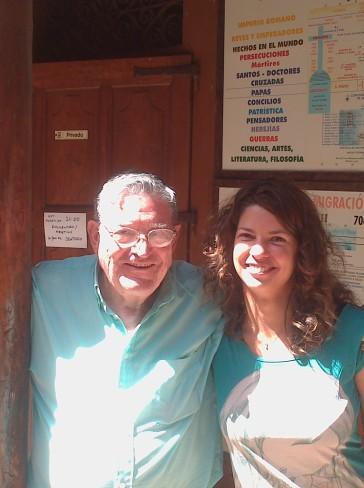 Aztán egy fotó Don Manuelről és Mártiról, még mindig az oszlopnál.