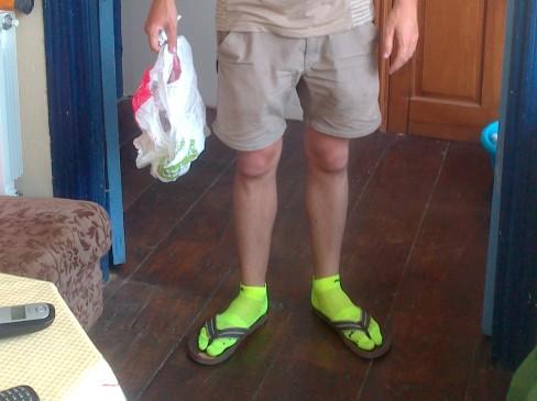 Kristóf a szép neonzöld biciklis zokniban strandpapuccsal. :-)