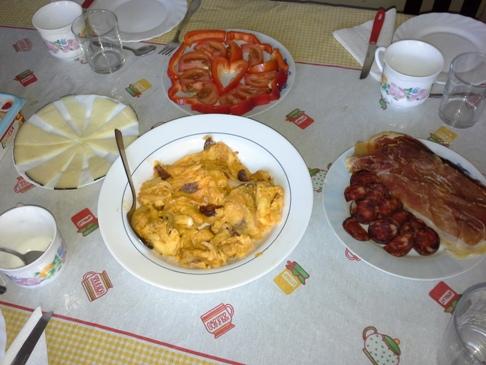 Tojásrántotta, chorizo, sonka, sajt, szívecskés tál.