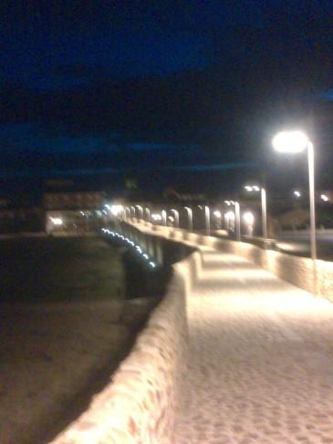 A híd esti kivilágításban.