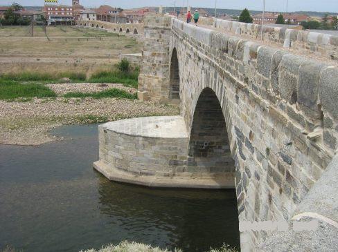 ...majd lenézünk a hídról.