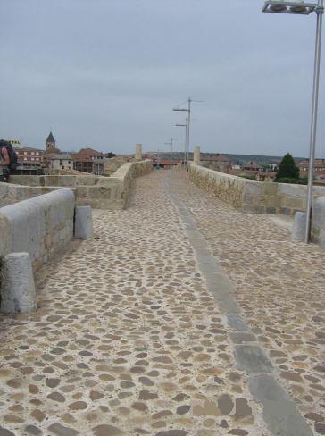 A híd végig ilyen kövekkel van kirakva.