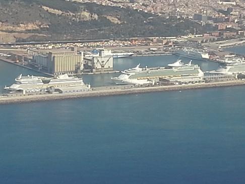 Közeledik a szárazföld - kikötő hajókkal .
