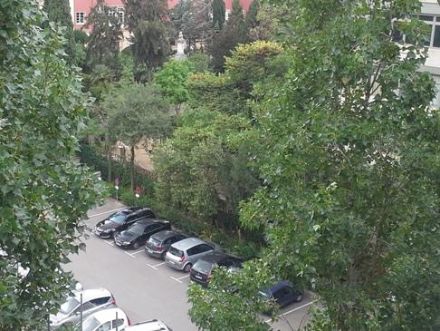 Kilátás a hatodik emeletről az autó parkolóra.