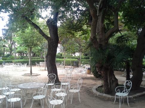 A szállás udvara kerti székekkel.