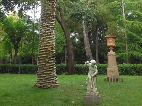 Pálmafa törzse szoborral című kompozíció.