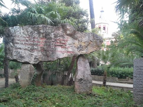 ... és kőbe faragott írásokkal.