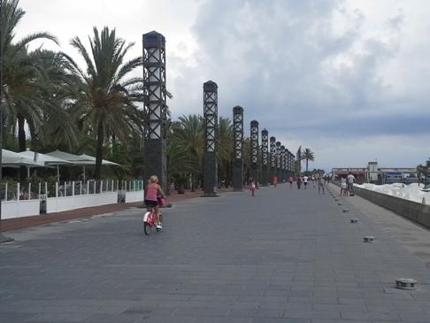 Barcelona, beach, pálmafák, felhők.