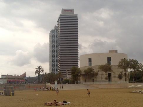 Barcelona beach. Visszatekintés a felhőkarcolókra.