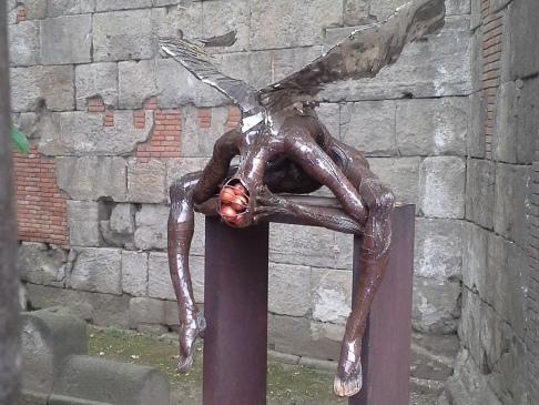 A szürreális szobor, melynek fejéből almák potyogtak. Tényleg! :-)