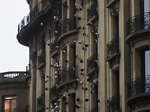Ez a homlokzat is csak Barcelonában lehet. Az Ohla Hotel homlokzata szemgolyókkal... Elképesztő! :-)