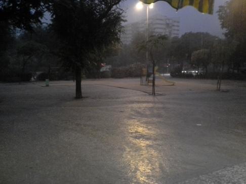 Szakad az eső, a játszótér vízben áll.