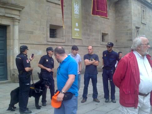 Kutyás őrök a katedrális előtti tér bejáratánál.