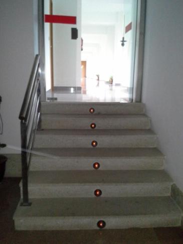 Megvilágított lépcsősor.