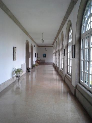 Hosszú folyosók, tágas terek, fényáradat.