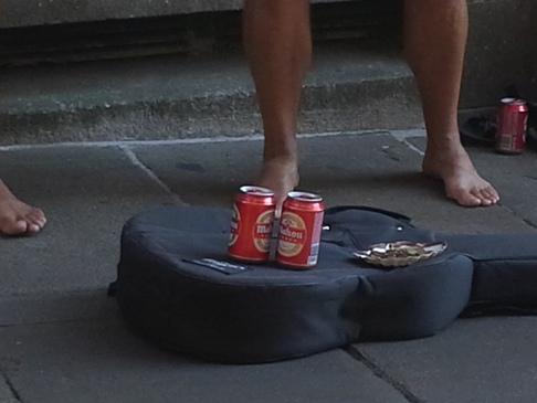 Munkában a zenészek. A fizetség jelen esetben két sör. :-)
