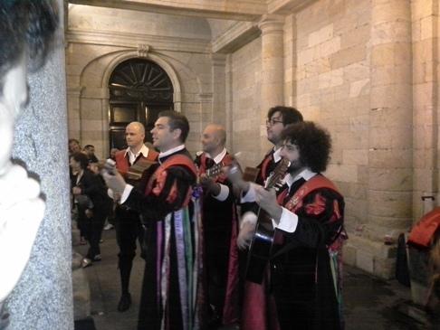 A konkurens spanyol zenészek. Ők is nagyon jók voltak! És viccesek is, mert a spanyol egy jókedvű nép! Imádom őket! :-)