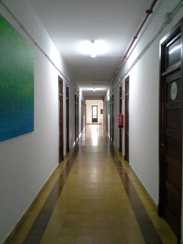 A hosszú folyosón jobbra és balra szobák nyílnak.