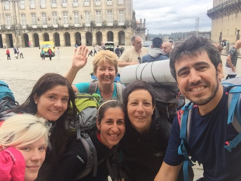 Britta, Carolin, Sarah, Mariam, egy spanyol peregrino, hátul pedig jómagam integetek