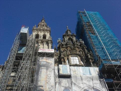 A felállványozott katedrális homlokzata.