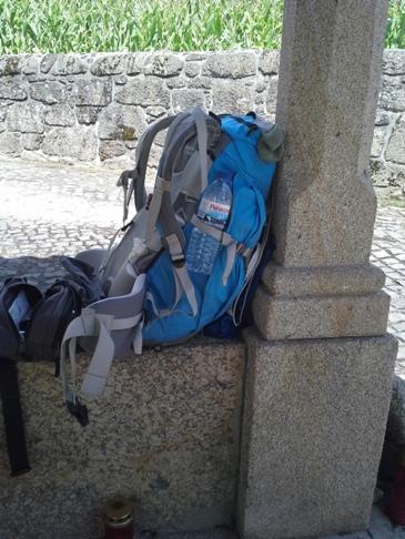 Pihenő hátizsák vizespalackkal című kompozíció.