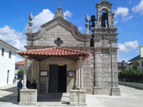 Nyitott tornácos kis templom.