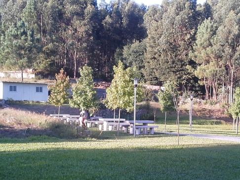 Az albergue kertje kőpadokkal.