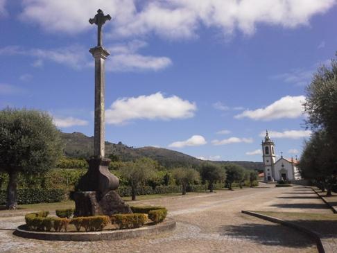 Kereszt és templom - portugál camino.