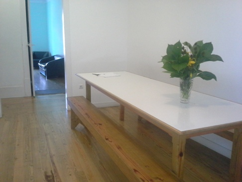 Multifunkcionális asztal padokkal a folyosón, talán ez lehet az étkező.