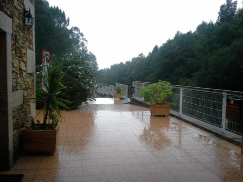 Az első és egyetlen kávézó aznap. A terasz kövezetén látszik, hogy milyen eső volt.