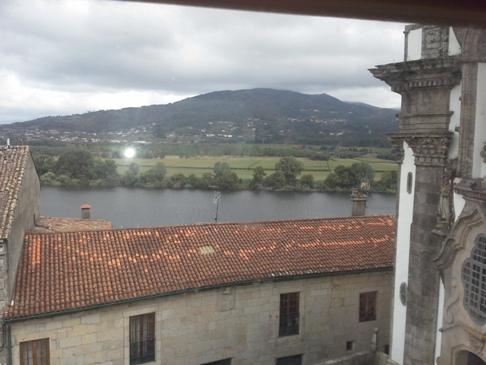 Kilátás a háztetőkre. Háttérben Portugália és a Rio Minho