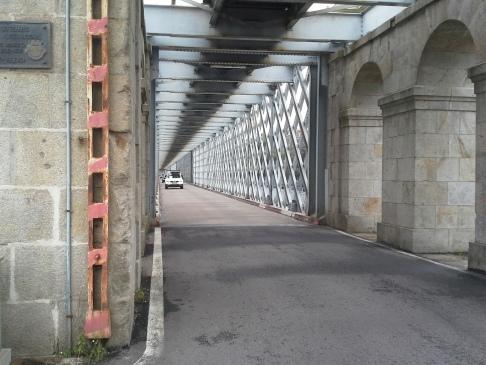 A határfolyón átívelő híd