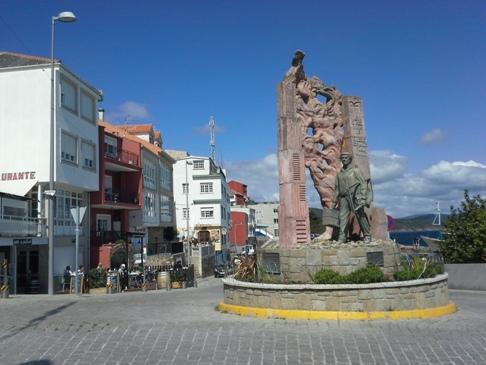 Emlékmű a finisterrei kikötő előtt.