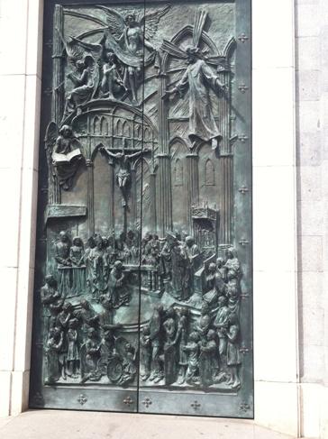 Madrid, Almudena katedrális, a szent kapu