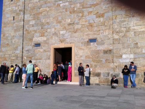 A templom bejárata, éppen mise van bent