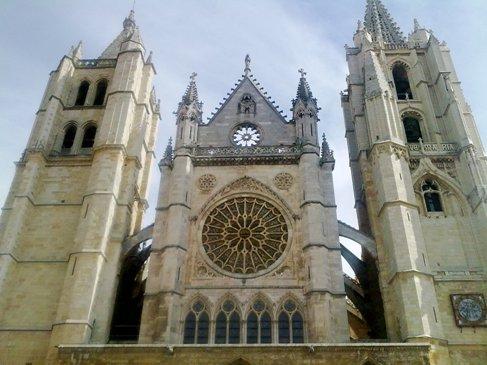 Leon Catedral de Santa Maria front side.jpg