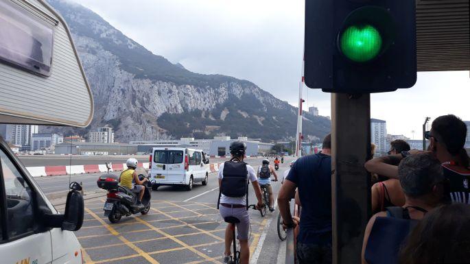 Andalúz körút, határátkelő La Línea de la Concepción és Gibraltár között, a Gibraltári repülőtér kifutópályája