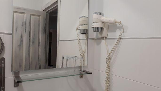 Andalúz körutazás, Sevilla, a H. Boutique Voluve szálláson lévő fürdőszobánk