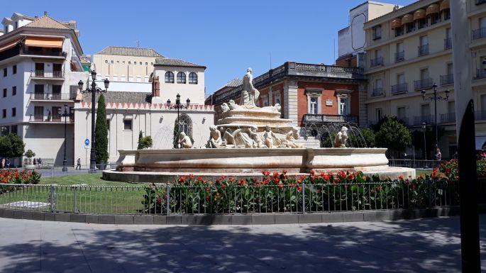 Andalúz körutazás, Sevilla, utcarészlet egy újabb szökőkúttal
