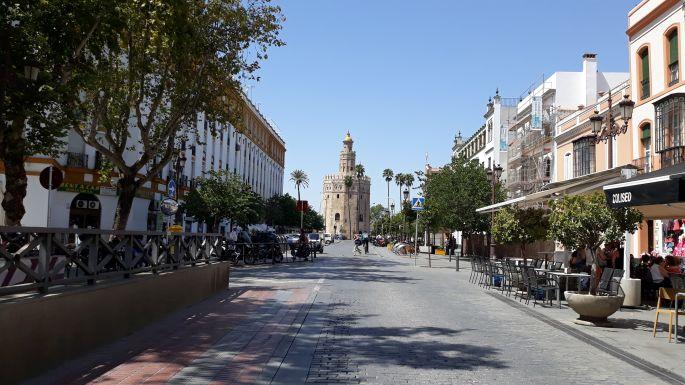 Andalúz körutazás, Sevilla, utcarészlet, háttérben az Aranytorony, vagyis a Torre del Oro